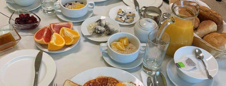 Śniadania hotelowe w wydaniu klasy IV TH przygotowane w pracowni obsługi konsumenta.